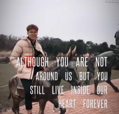 """立即张写在""""虽你早就非当我们的身边,然而若永远在在我们的心头""""。"""