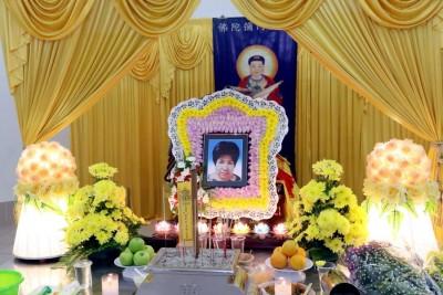 死者灵柩停放在广东义山羽化苑的灵堂。