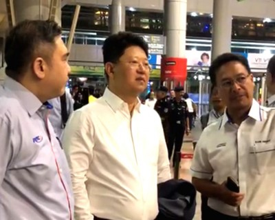 中驻马大使白天应交长陆兆福邀请,乘搭双规电子火车出游。