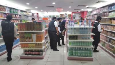 卫生局突击威中某霸级市场保健品店。