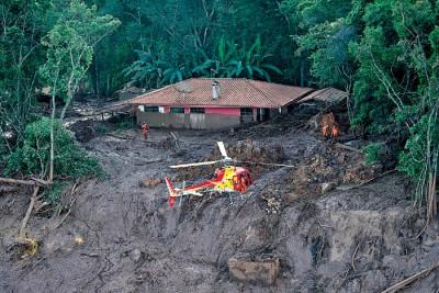 救援人员恢复搜索行动,派出直升机寻找失踪者。(法新社照片)