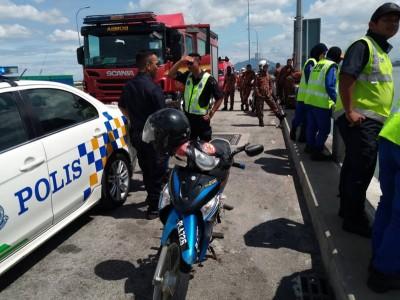 警察及消拯人员在场了解情况。中间为跳桥者的摩托车。