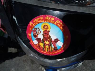 跳桥者的摩托车有疑为印度神肖像,相信是印裔。