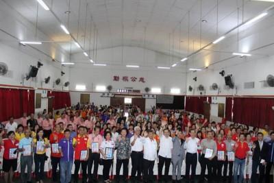 马来西亚华裔妇女创业转型基金汇报会推介礼之后,林冠英、各姓氏代表及参与者一同合影留念。