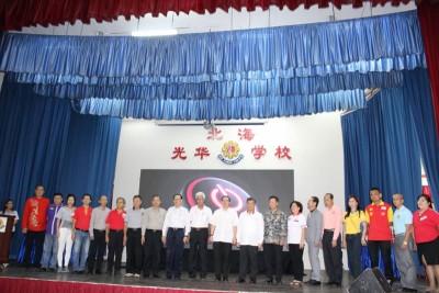 林冠英(左11)及各姓氏代表一同等待触屏仪式推介礼前的合影。