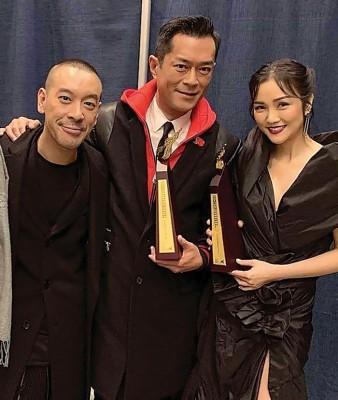 古天乐(中)与谢安琪(右)拿着奖座,与制作人麦浚龙分享喜悦。