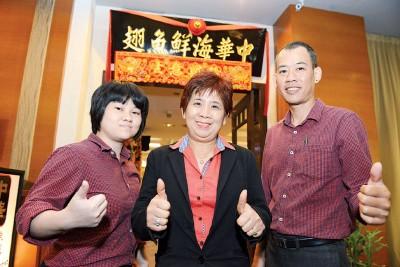 负责人Dorriehz(中)和郑立慧、Kit Ong希望新年期间可以为您服务。
