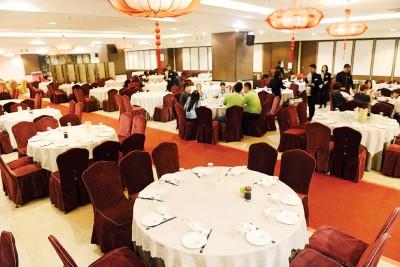 茗园大酒家室内宽敞亮丽,共有120桌席位,并备有厢房。