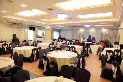 中华海鲜鱼翅酒楼就位于龙城大酒店内底楼,餐厅环境清雅整洁,空间亦宽敞得可容纳逾40桌及拥有4间包厢,是家人团聚或接风洗尘的首选之一。