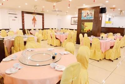 吴潮记菜馆去年刚翻修,共约25张大桌,拥有一间2大桌的包厢,环境明亮,到处可见喜气装饰。