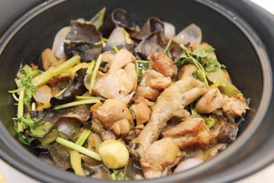 干锅鸡肉(三鲜)-(RM58)--中华传统的名菜,不敢吃辣的朋友们可以尝尝,鸡腿肉很嫩有淡淡的香菜味,异香扑鼻。