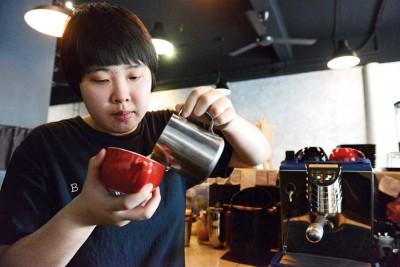 BlackDoor Coffee & Tea的资深咖啡师Cindy为客人们冲泡一杯又一杯的暖心咖啡。