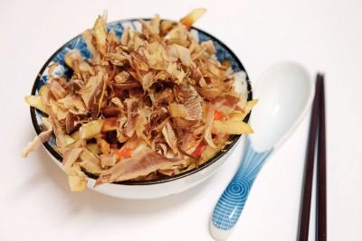 Okonomiya Fries-(RM12)--新研发产品结合日式西式,将大阪烧的主体改为薯条,淋上美乃滋与酱汁提升风味,跳舞的柴鱼和海苔粉经典风味,酥脆更是特殊,冲突的口感意外美味新奇。