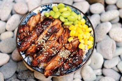 Teriyaki Chicken Don-(RM13)--照烧鸡腿丼由玉米丶毛豆丶鸡肉等组成,照烧酱使鸡腿入色入味,洒上白芝麻增加香气,简单食材简单美味。