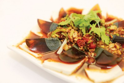 皮老铺-(RM28)--凉菜之一,从猪皮提炼出的丰富胶原蛋白,可补充人体的胶原蛋白,属天然食品,吃起来Q弹似果冻,有点微辣。