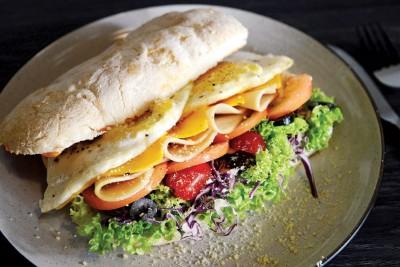 Ciabatta Sandwich(RM18)--这是一款美式早餐,每天早上现做的夏巴塔面包(Ciabatta),拥有酥脆又软绵的口感,保证好吃又新鲜。面包里塞入2粒漂亮的太阳蛋、4片芝士、火腿和番茄,还有满满的蔬菜,让你拥有大口大口的满足感。