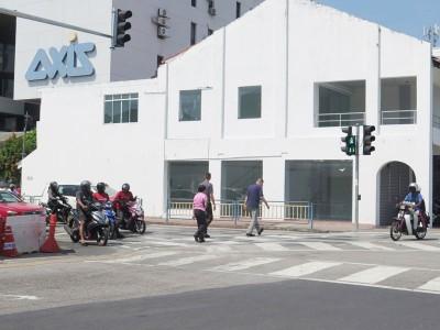 一般上,行人在红绿灯处大约20秒内必须越过马路。
