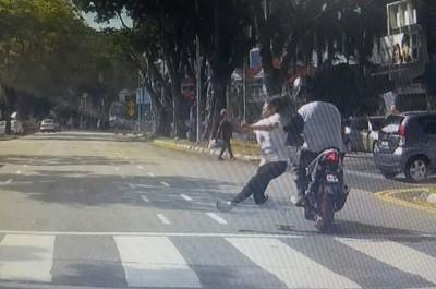 近两年前位于玻璃池滑警局前的红绿灯处斑马线,曾发生华妇过马路时,遭闯红灯的摩托车骑士猛撞导致死亡事件。(档案照)