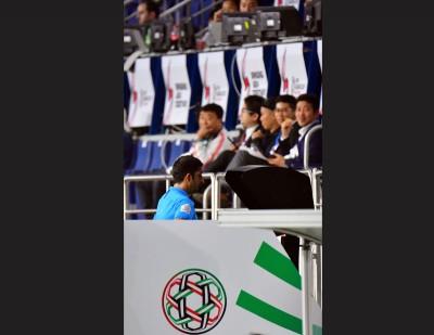 主裁哈桑在比赛暂停中使用视频助理裁判系统(VAR)协助作出判罚。