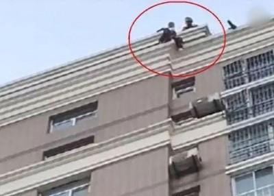 消防员飞身扑救跳楼的小慧。