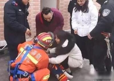 消防员将小慧救下。