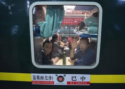 从深圳开往四川巴中市的首趟临时长途客运列车于周一凌晨开出。