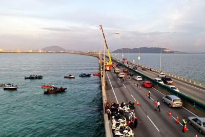 槟城大桥日前为恐怖车祸搜索行动在下班尖峰时刻,已导致敦林苍祐大道及槟城大桥交通瘫痪。槟州首长曹观友肯定,于突发事件上,州政府或可当新闻传达上作出改善。