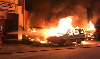 吉灵棚周三清晨发生火患烧及9辆报废车。