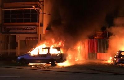 火患发生距离厂前3尺距离的路旁,没有殃及买卖二手汽车零件厂。