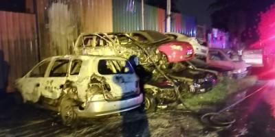 并排叠放的报废车失火燃烧,起火原因有待消拯局展开调查。