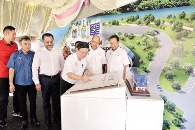 杨诗健(左起)、尤端祥、佳日星、曹观友、阿德南、阿都哈林为峇都茅固体废料转移站主持开幕仪式。