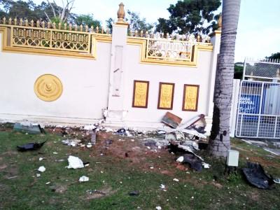 一名男子高速驾驶后失控撞上吉打安南武吉王宫前面的围墙。