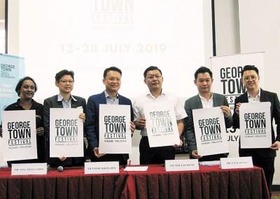 乔治市世遗机构总经理洪敏芝(左2起)、杨顺兴、光大州议员郑来兴和黄继升等人展示2019年乔治市艺术节的海报。