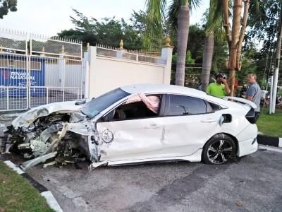 男子的轿车前面严重损坏。