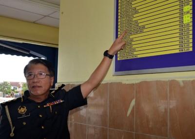 吉打贸消局执法组主任陈进松向媒体展示鸡肉炒饭的标价为7令吉50仙。