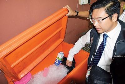 餐馆将饮料冰块和食物,一同贮藏在冷藏箱,十分不卫生。