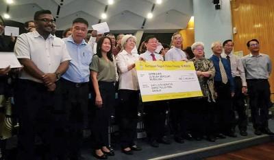 章瑛(前排左3起)及曹观友等人在分发2019年制度化拨款给州内22所教会学校后,与学校代表一同合照。