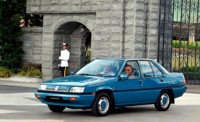 """柔苏丹依布拉欣陛下驾驶""""普腾1号""""蓝色普腾赛佳载送首相敦马哈迪,从王宫到国际机场。"""