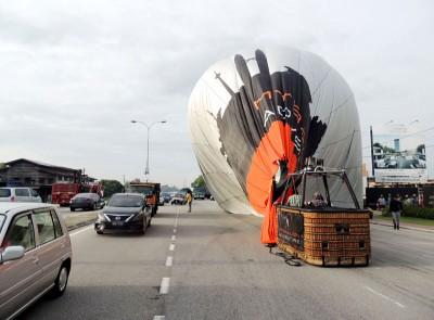 在落地惊险瞬间,庆幸只影响交通暂时停止流通。