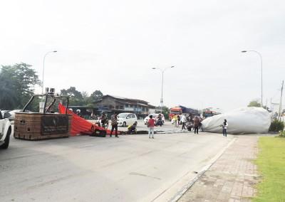大队约花10分钟整理热气球,让大道交通在短时间内恢复通行。