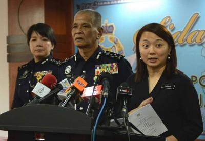 杨巧双(右)代表,境内来9%中学预备班学生,已有性经验,左起蕉赖警官学院指挥官拿督杨丽珠同诺拉往。