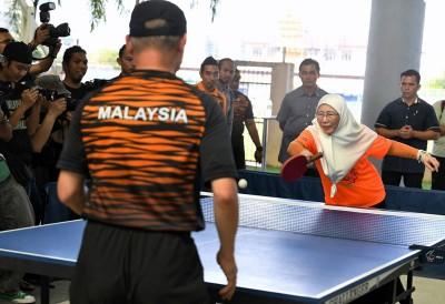 旺阿兹莎在巡视残奥理事会训练场时,亲自下场打乒乓。