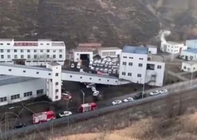 神木市百吉煤矿周六发生坍塌事故,救援人员赶赴现场救援。