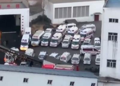 现场停泊多辆救护车候命。