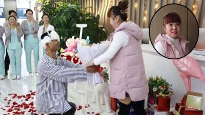 贾占朋以医院向笑笑跪地求婚。