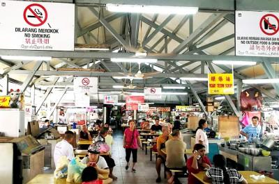 亚依淡巴刹小贩中为少数在半年前已安置禁烟告示牌的州政府小贩中心。