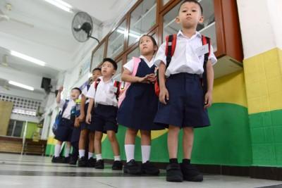 颍川小学全校学生获慈善团体报效鞋袜,因此,一年级新生皆穿上黑色校鞋来报到。
