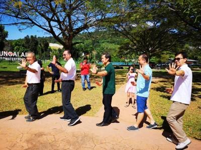 佳日星(左2)与尤端祥(左3)跟着八卦内功练习者一起学习八卦内功。