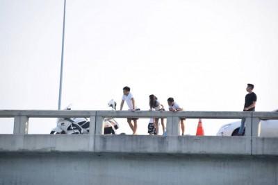 """梅匀鉼家人在桥上等候接他""""回家""""。"""