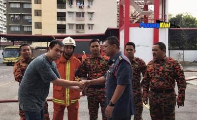 对搜救人员出言不逊的网民,过后到消拯局向消拯人员道歉。(图源: Penang Kini)